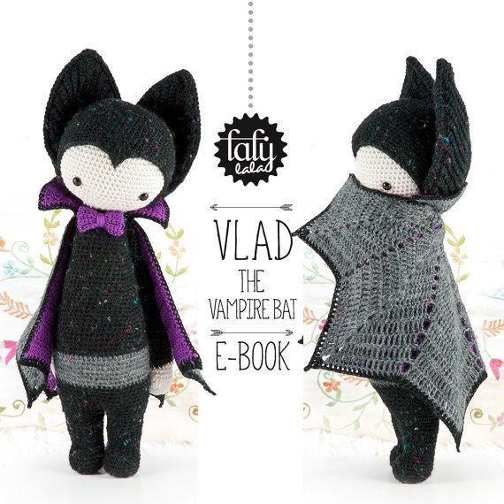 lalylala patron au crochet Halloween - VLAD la chauve-souris vampire (PDF / 12 pages)  . . . . . . . . . . . . . . . . . . . . . . . . . . . . . . . . . . . . . . . .  LHISTORIE  « Il y a longtemps, alors que Vlad nétait encore quune jeune chauve-souris à la recherche du sens de la vie se chemin croisa celui dune autre chauve-souris ... Batman! Très vite, Vlad devint le bras droit de Batman (bien avant lentrée en scène de Robin). Mais très vite, Vlad découvrit quen réalité, Batman ne sav...