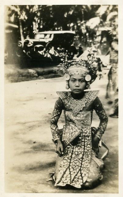 Old photo of legong dancer