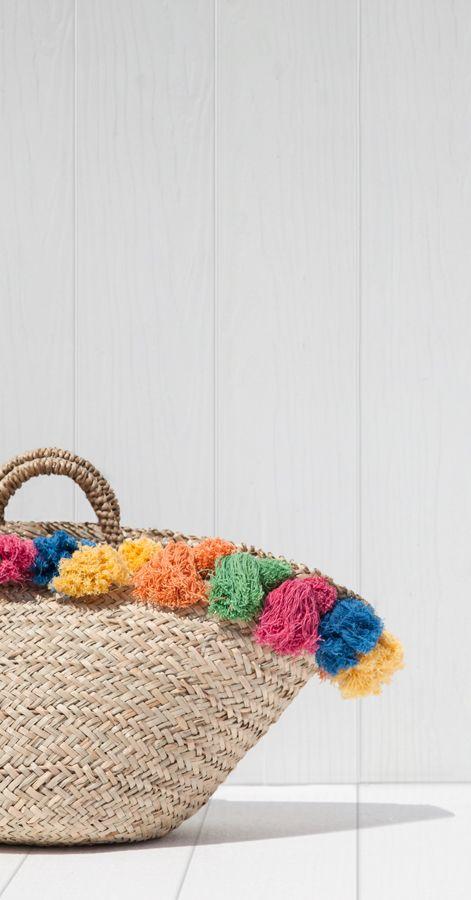 Capazo de playa con pompones de colores. Cesta.
