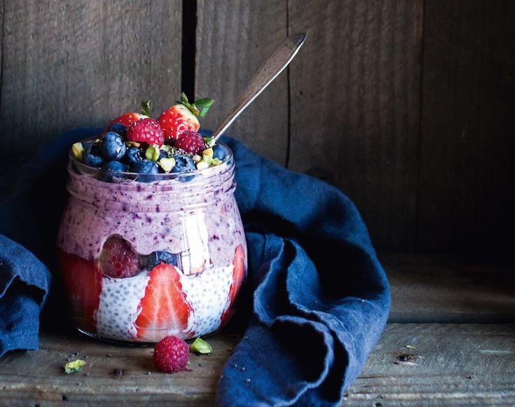 4 spsk chiafrø 4 dl mandelmælk 1⁄4 tsk vaniljepulver 150 g friske blåbær 5-6 friske jordbær 100 g friske hindbær 1 spsk pistaciekerner 1 spsk chiafrø og evt. lidt ahornsirup til at dryppe over til sidst.