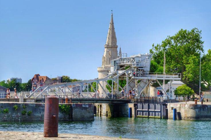 Le pont levant du Gabut permet le passage des voitures (à sens unique), cyclistes, piétons à la sortie du bassin des Grands Yachts. La levée du pont pour permettre par exemple la sortie d'un yacht est spectaculaire, surtout quand on est touriste et qu'on a tout son temps, ce qui n'est pas toujours le cas des automobilistes Rochelais en attente de la descente du pont.