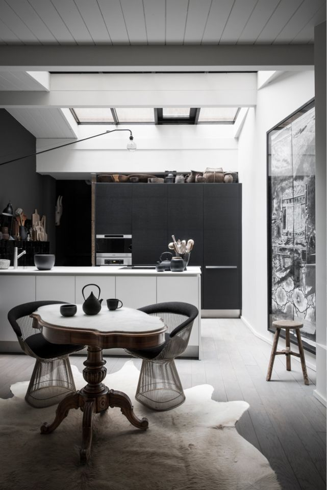 Rotundo, elegante... genial este black apartment fotografiado por Romain Ricard .                                   Romain Ricard , 79 ide...