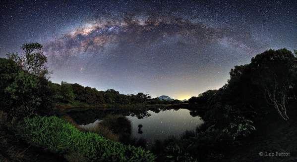 La via Lattea- di Luc Perrot (sullo sfondo del Piton de l'Eau,lago vulcanico dell'isola di Réunion)