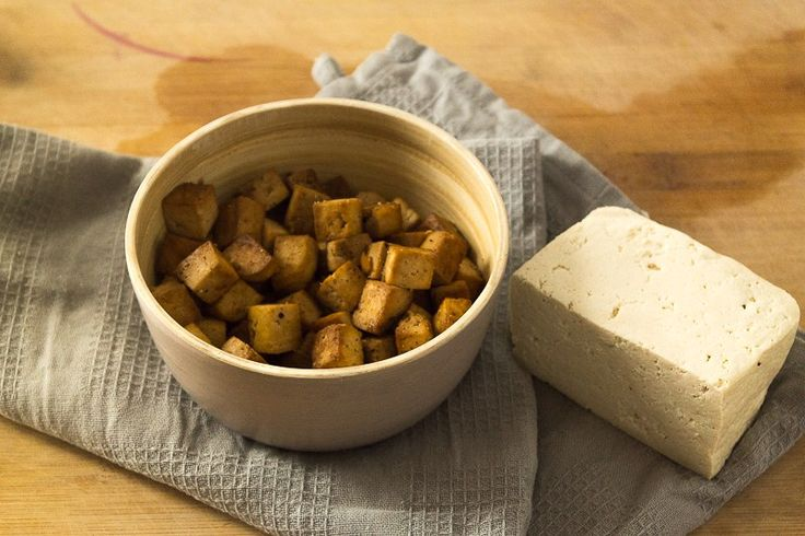 """Finde hier den absoluten Tofu-Guide """"Tofu zubereiten"""". Lerne die verschiedenen Tofusorten kennen und erfahre, wie man Naturtofu backt, paniert oder brät. Klicke dich direkt zum Beitrag oder speichere ihn für später!"""