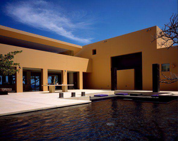 """La casa está localizada en la mitad de un desierto de lava negra en la costa noroeste de la isla llamada """"Big Island"""" (Isla Grande) en Hawái..."""