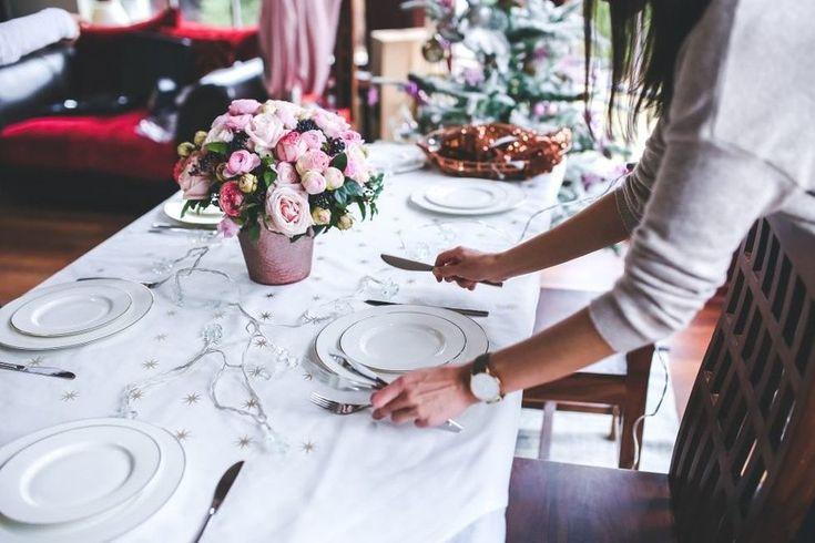 Me imagino que a más de uno os sonará la situación: llegan las fiestas navideñas y nos pasamos el día en la cocina preparando un menú excepcional, se sienta todo el mundo en la mesa y nosotros …