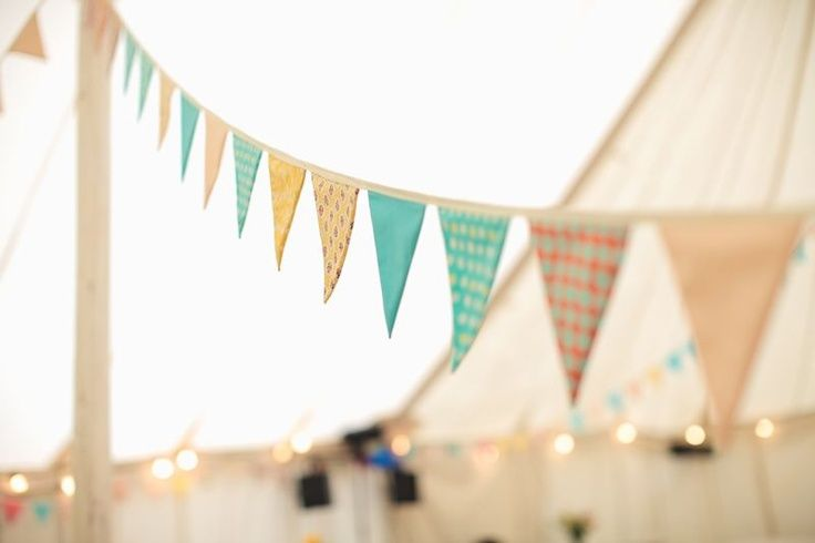 ¿Te imaginas haciendo tus propios banderines de boda? Este post está hecho para inspirarte de cara al gran día.