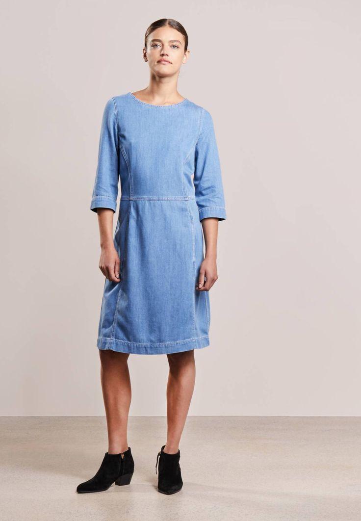 CLOSED. ANNE - Sukienka jeansowa - fresh mid blue wash. Materiał:72% bawełna, 28% lyocell. długość:do kolan. zapięcie:zamek błyskawiczny. szerokość pleców:35 cm w rozmiarze S. Struktura/rodzaj materiału:denim. Rodzaj dekoltu:okrągły. Wskazówki pielęgnac...