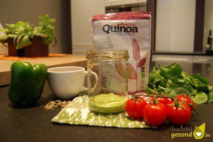 Salad in a Jar recepet - slaatje in een potje met #quinoa, kerstomaatjes, spinazie, groene paprika en avocado + koriander dressing