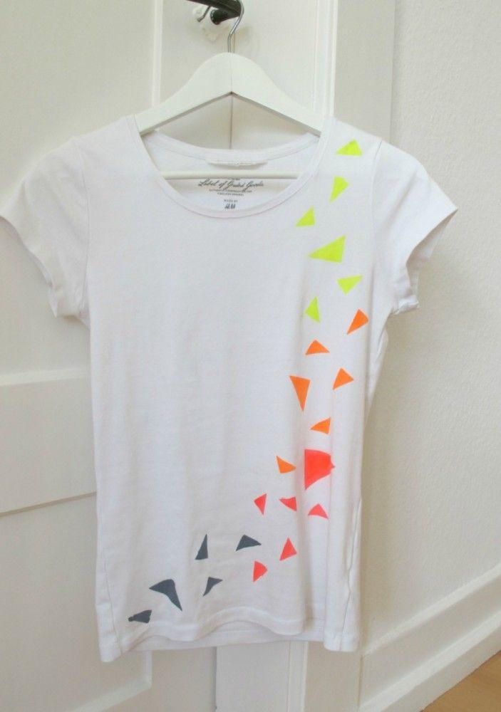 Vorsicht, ein DIY-Double-Trend-Projekt: Neon UND Dreiecke! Nach dem Kindershirt habe ich diesmal ein Shirt für mich bemalt – mit der bewährten Freezer-Papier Methode. Ihr benötigt dafür die folgenden Materialien:  Freezer Papier (Kann man unter anderem hier bestellen) Neon-Stofffarbe Pinsel Cutter oder Schere Weißes Baumwollshirt, vorgewaschen Aus dem Freezer Papier Dreiecke in verschiedenen Größen … … Weiterlesen →