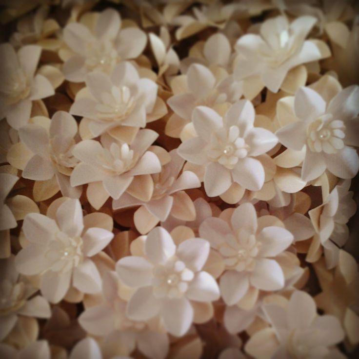 Fiori in cartoncino perlato realizzati a mano ideali per segnaposto o decorazione per le vostre bomboniere