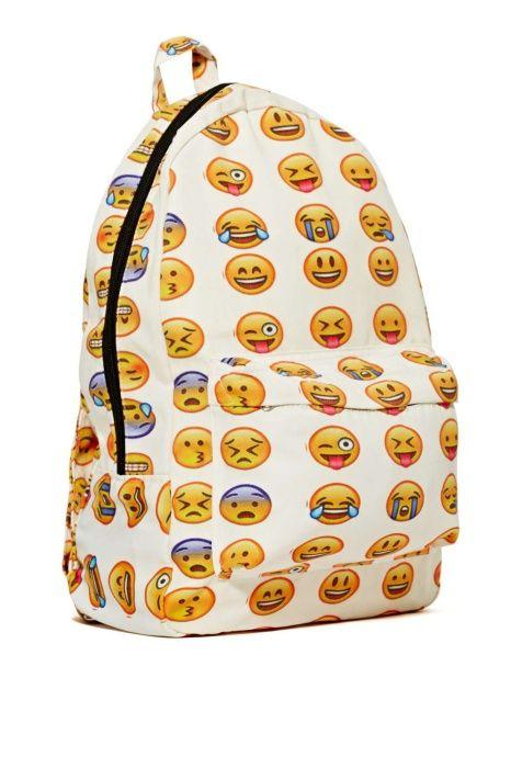 Очень эмоциональный рюкзак, который все скажет за своего владельца.  5. Рюкзак с разноцветными шипами     Рюкзак, который держит людей в толпе на расстоянии.  6. Рюкзак «Миньон»