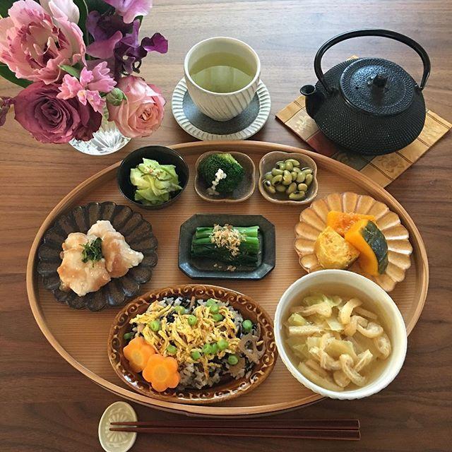 2017.3.22(水) 今朝はひじきの煮物の残りで簡単ちらし寿司に。 ささみは片栗粉をつけて茹でました。 . 東京は開花宣言が出ました。 入学式の頃まで桜が咲いていると良いですね♫ どこに花見に行こうかと考えるのも楽しみです。 . ⁂ 簡単ちらし寿司 ⁂ キャベツとあげのお味噌汁 ⁂ ささみの水晶煮 梅肉和え ⁂ 小松菜のおひたし ⁂ かぼちゃの煮物 安納芋の焼芋 ⁂ キャベツの浅漬け ⁂ ブロッコリーの塩麹かけ ⁂ ひたし豆 . . #おうちごはん #お家ごはん #おうちご飯 #あさごはん #朝ご飯 #朝食#家庭料理 #まごはやさしい #和食#豊かな食卓 #献立#料理写真 #料理日記 #つくりおきおかず #つくりおき #器#うつわ #ワンプレート朝ごはん #breakfast #fooddiary #instafood #foodphoto #foodstagram #ruhru春のおうちごはんコンテスト #春の食卓はじめました #日本が元気になるご飯 #クッキングラム#水晶煮