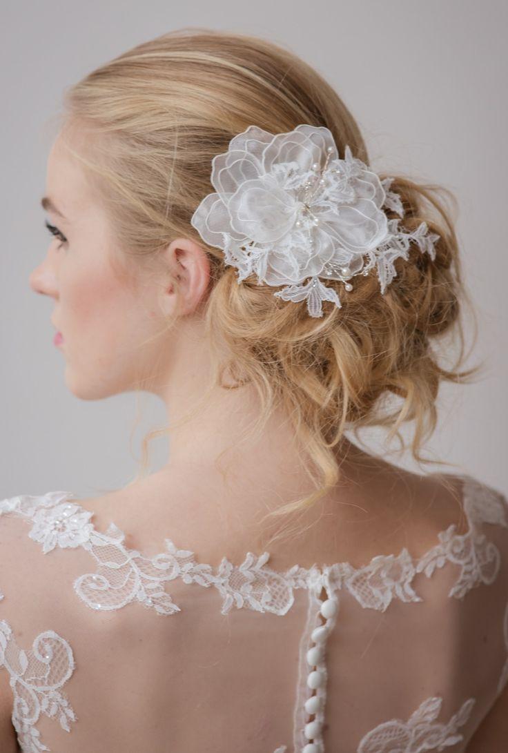 Nhi, en deze vind je op de site https://sayyestothedress.nl/haaraccessoires-bruid/haarbloem-organza-flower-kant-online-bruid Haaraccessoire Organza Flower Lace Tule