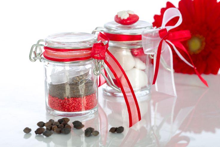 Barattolini in vetro con semi di fiori e piante aromatiche o confetti