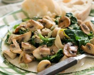 Salade minceur de champignons aux épinards : http://www.fourchette-et-bikini.fr/recettes/recettes-minceur/salade-minceur-de-champignons-aux-epinards.html