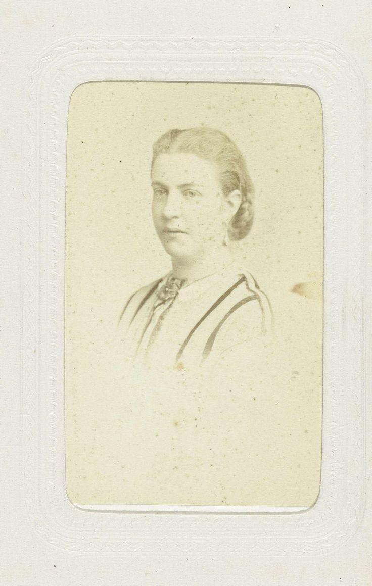 Charles Reutlinger | Studioportret van een vrouw met opgestoken haar, Charles Reutlinger, c. 1863 - c. 1870 |