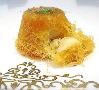 Akşam yemeğinden sonra çok çok pratik ve lezzetli bir tatlı. Israrla tavsiye ederim haydi yapımına geçelim..