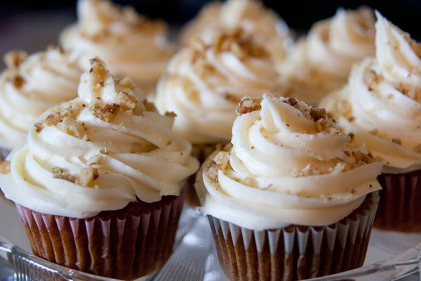 pumpkin cupcakes: AMAZING. Recipe makes a ton. 1/2 the frosting recipe, unless you are going to put A LOT on (like the pic).Spices Cupcakes, Pumpkin Cupcakes, Nuez Cupcakes, Cream Cheese, Pumpkin Spice, Cupcakes Rosa-Choqu