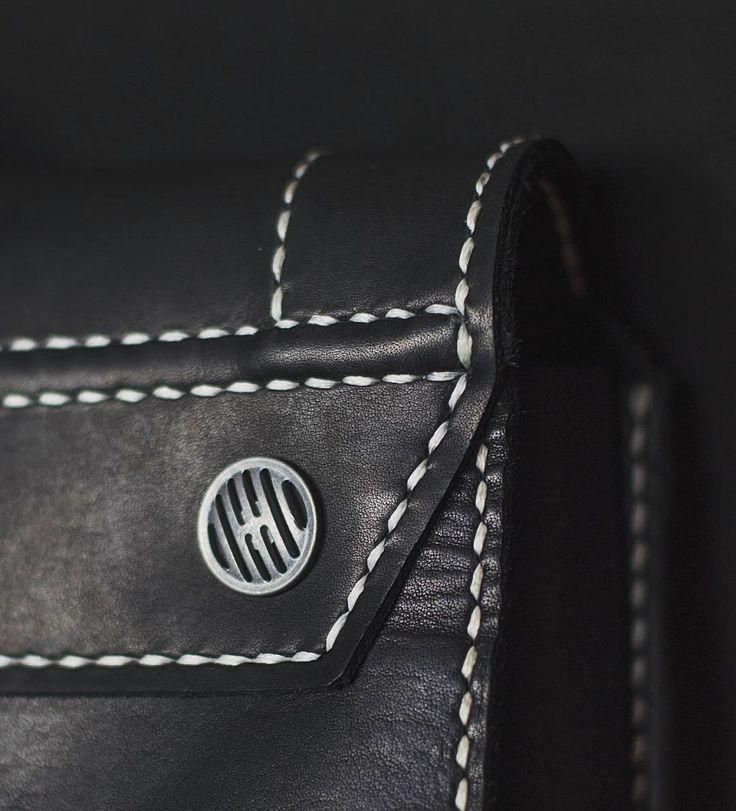 Рюкзак - дело не быстрое.   А когда каждый стежок прошиваешь вручную - тем более)   Зато можно быть спокойным даже за контрастную отстрочку. Благодаря такому «постежочному контролю» все идеально ровно  ✌🏼😎  P.S. А в вашем рюкзаке есть вентиляционное отверстие?)))🙈  #gevaer_lthr #gevaer_black_backpack #nskcity