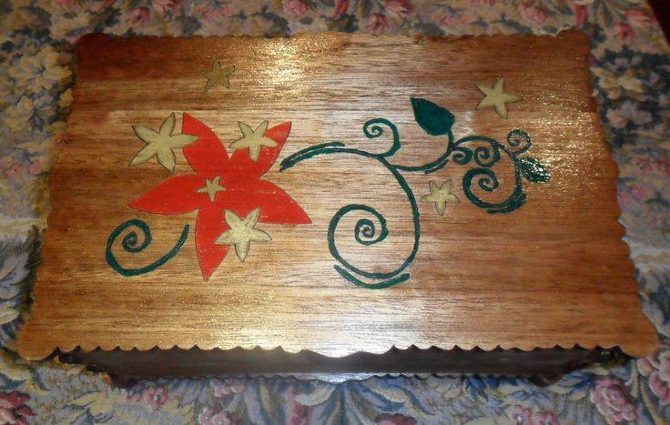 Cofanetto  artigianale in legno con tecnica intarsio e dipinto a mano.  Jewel box