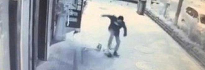 CINA Orrore in Cina: un bambino di soli tre anni è stato massacrato di botte da un passante. Secondo una prima ricostruzione
