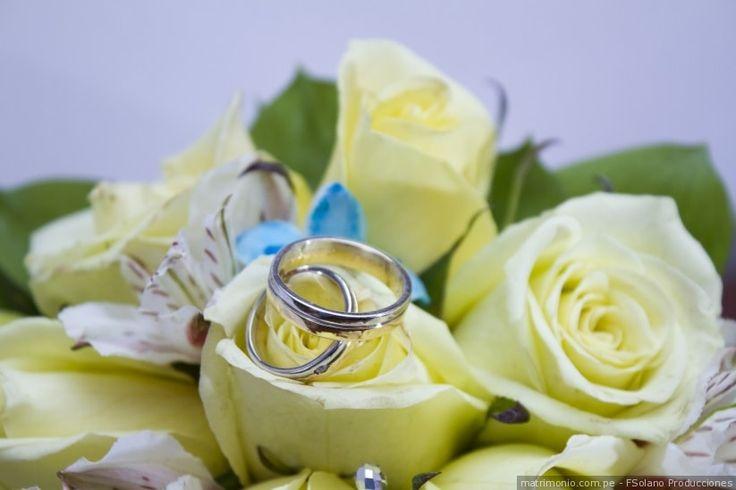 Aros de matrimonio en oro y plata para sellar por siempre su amor #aros #boda #matrimonio #oro #plata #joya #ceremonia #novios #marido #mujer #modanupcial #wedding #weddingrings #silver #gold #ceremony #groom #bride #bridalfashion #married #justmarried