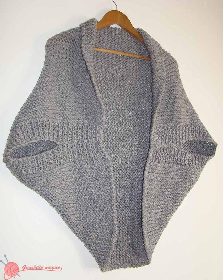 Chaqueta Kimono en color gris tejida en punto bobo de una sola pieza, con terminación del borde en ganchillo con punto cangrejo