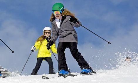 Prinses Alexia, de tweede dochter van koning Willem-Alexander, heeft zaterdag in het Oostenrijkse Lech haar been gebroken tijdens het skiën.