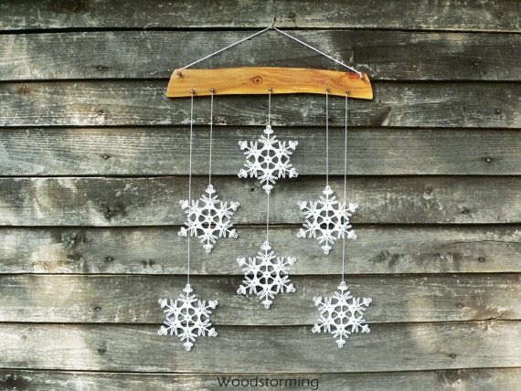 Questa decorazione di festa di Natale è in legno di ciliegio e 6 bianchi fiocchi di neve alluncinetto. Ogni singolo pezzo di questa decorazione è fatto con amore da noi e 100% fatto a mano. Fiocchi di neve sono attentamente a forma e inamidati e viene piacevolmente e in modo sicuro imballato (esempio di imballaggio nellultima foto di questa inserzione).  Decorare la vostra casa con questa decorazione a mano calda accogliente - si può appendere su una parete, finestra, può essere parte della…