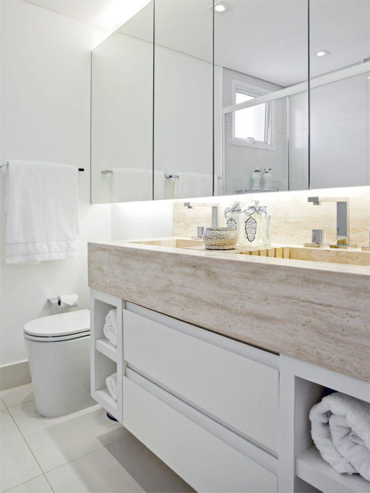 Esse banheiro clean é ampliado pelo generoso, que passa por toda a parede da pia.O ambiente de 3,80 metros quadrados é assinado pela arquiteta Maithiá Guedes.