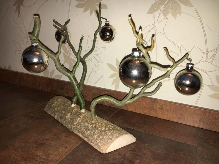 Stärkere kleine Zweige einer Korkenzieherweide zum Aufhängen - vorübergehend ist es Weihnachtsbaumschmuck, dann die Ostereier, dann ....!  Da findet sich schon etwas.