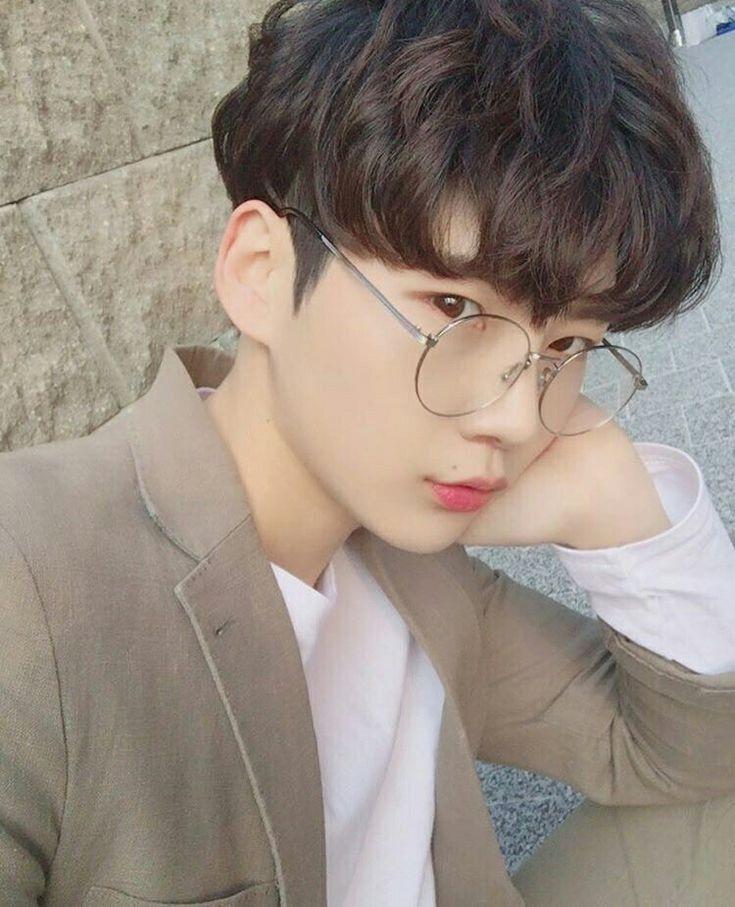 Hairstyles Korean Boy In 2020 Korean Boy Hairstyle Korean Boys Ulzzang Korean Hairstyle