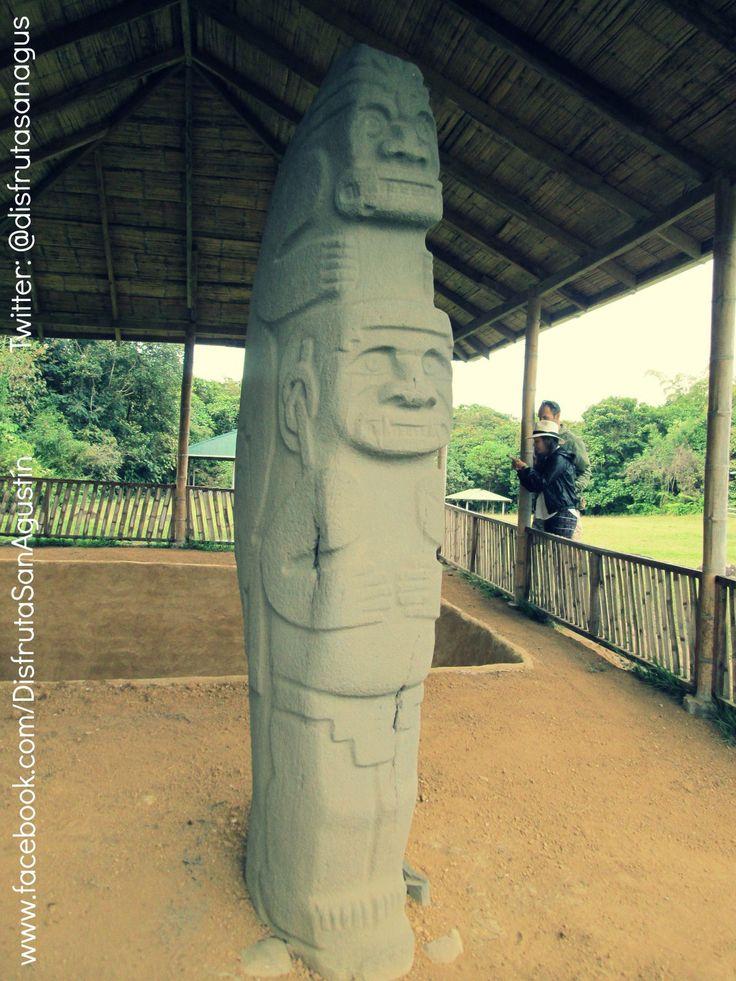 El Doble Yo, con 2 mtrs de altura, con máscara felina y protegido por una especie de piel que lleva en su cabeza, es considerada para muchos la estatua más elaborada y compleja, técnica y simbólicamente en la estatuaria agustiniana.  Ubicada en el Parque Arqueológico Alto de las Piedras en Isnos.