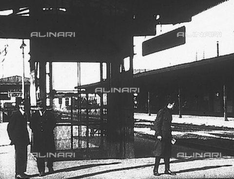 Verona storica - Ferrovie dello Stato, le stazioni: montacarichi per il trasporto bagagli nella stazione di Porta Nuova a Verona, Data dello scatto:1930 ca., Referenze fotografiche: Istituto Luce/Gestione Archivi Alinari, Firenze
