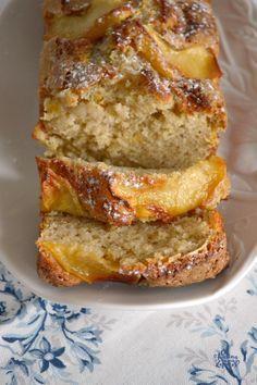 Yogur y Manzana. Dos ingredientes imprescindibles para un bizcocho de éxito. Un bizcocho suave y tierno para un desayuno perfecto.