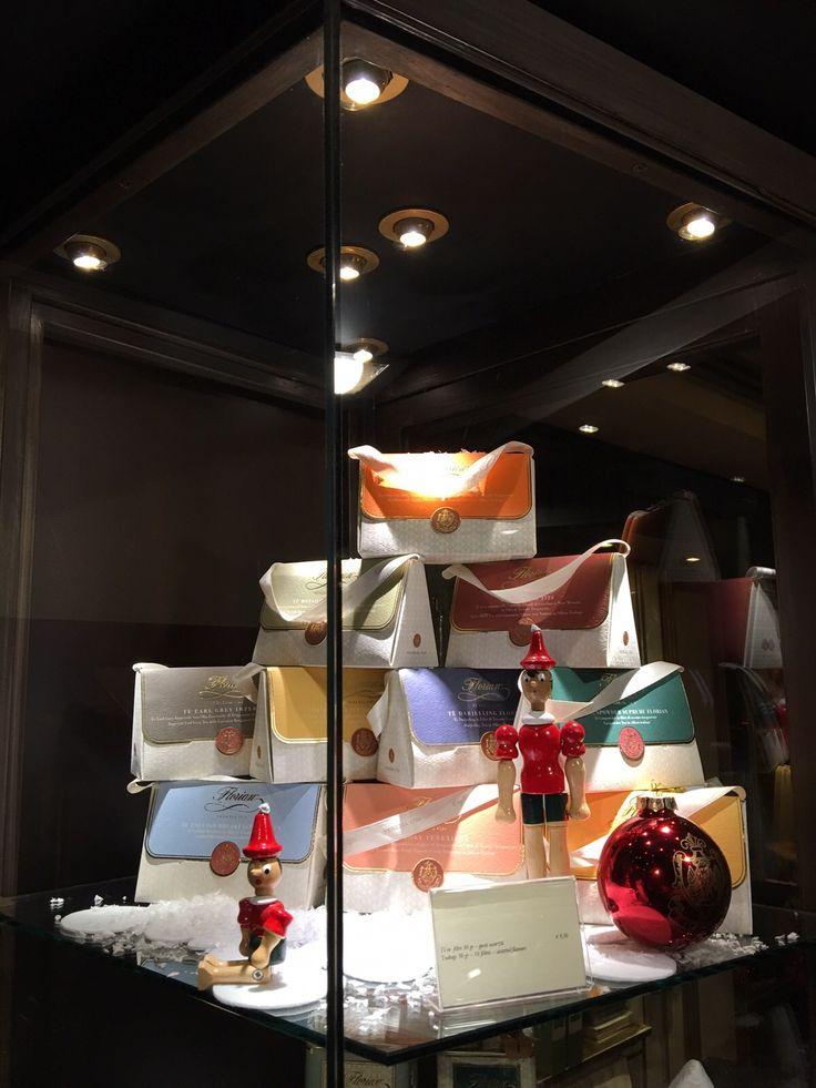 Vetrine di Natale del Florian di Firenze - Christmas shop windows of Florian in Florence #Christmas #Natale #Gift #tea #teas #tè #teatime #Pinocchio #Florian