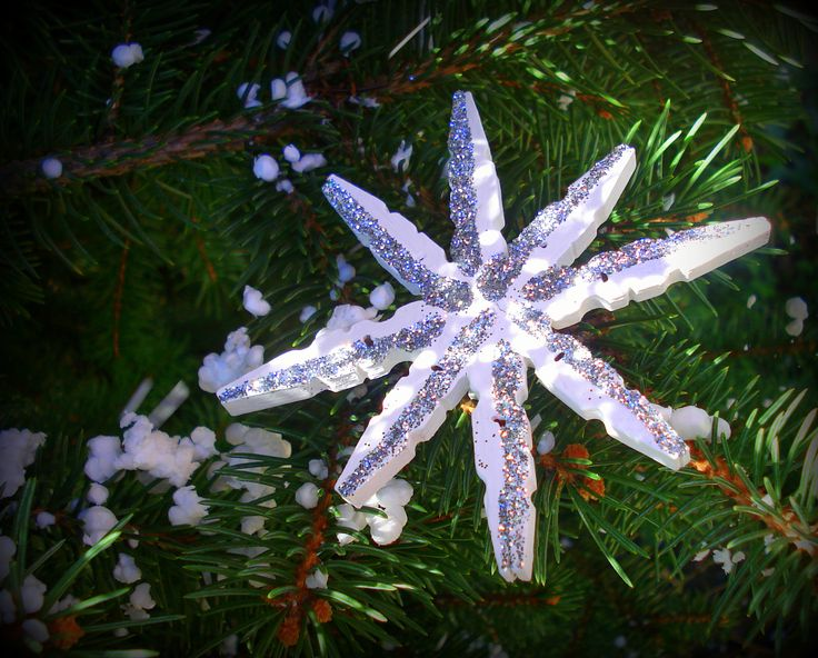 diy xmas ornaments, wooden pinches, white flake