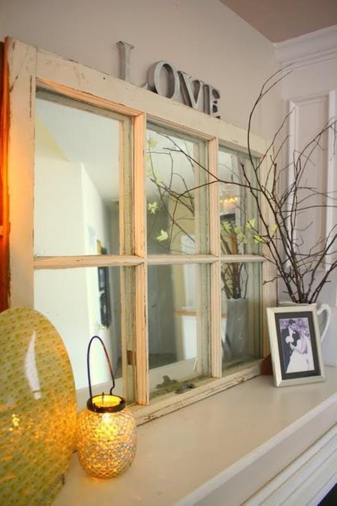 Miroir et vielle fenêtre Les miroirs agrandissent les pièces et reflètent la lumière… vous connaissez le concept! Remplacez le verre de la fenêtre ne coûtera qu'une fraction du prix d'un neuf et donnera un effet bœuf à votre entrée, chambre à coucher ou tout autre espace qui le recevra.