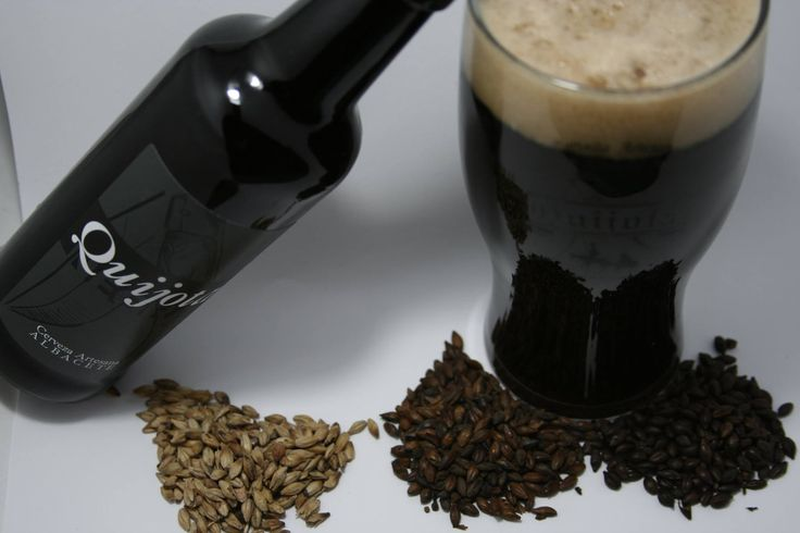 CERVEZA QUIJOTA NEGRA, Una cerveza de moderada graduación alcohólica (5º), elaborada en el estilo tradicional irlandés, Irish Dry Stout, con una combinación de maltas pálidas y torrefactas que le confieren un sabor a la vez suave e intenso y con una rica gama de matices, desde el color marrón de su cremosa espuma, hasta el toque afrutado que no oculta el suave amargor de los lúpulos ingleses utilizados y el sutil toque torrefacto con recuerdos a café de una auténtica Stout irlandesa.