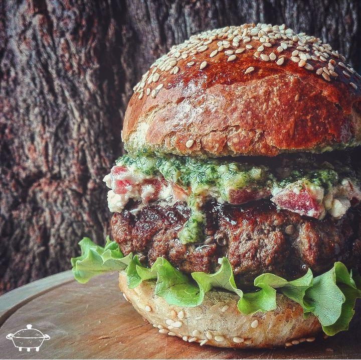 Feta burger - Prima cosa create il pesto di basilico e menta frullandoci insieme pinoli ed olio a filo. Aggiustate di sale ed il pesto è fatto. Lavorate...