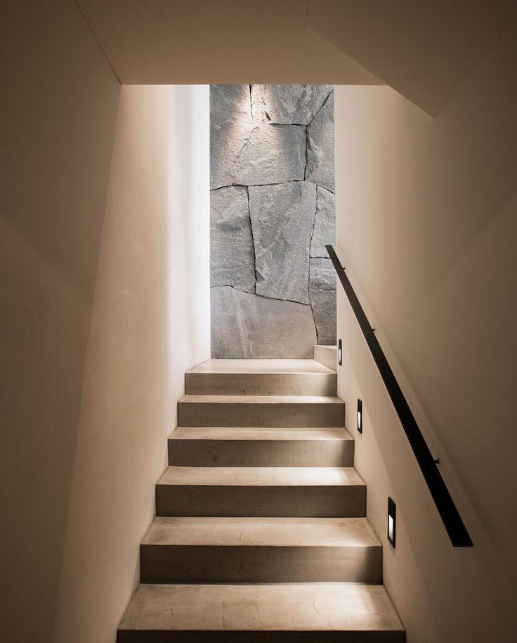 Blick vom Treppenaufgang zur Naturstein Wandverkleidung