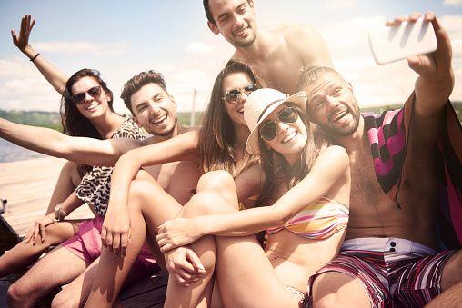 Amici prendendo un selfie sulla spiaggia - foto stock