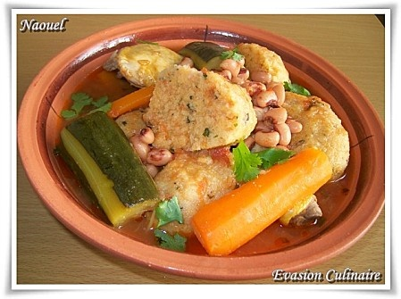 taasbant, bouelttes à la semoule au légumes et en sauce rouge (plat kabyle)