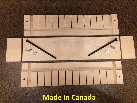 No hay mejor material para los moldes de jabón de madera de contrachapado de madera de abedul Báltico. Este material consiste en hasta 11 capas de madera dura, laminado, para darle la más alta calidad disponible para los moldes de jabón. Todos los bordes y las esquinas son cuidadosamente y suavemente lijadas a mano.  La mayoría de los fabricantes de jabón prefieren usar moldes de madera debido a sus propiedades aislantes superiores.  Los moldes de madera requieren forro antes de cada uso…