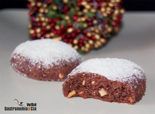 Igual que hicimos los Polvorones de almendra hace unos días, ya hemos preparado una versión que nos ha gustado aún más si cabe, los Polvorones de chocolate. La verdad es que no podemos quedarnos sólo con un sabor, así que lo mejor es hacer mitad y mitad.Si los Polvorones de chocolate son de los primeros en desaparecer de la caja de polvorones en Navidad, nuestra recomendación es que no vuelvas a comprarlos, pues estos le dan mil vueltas a la mayoría, al menos así nos lo parece a nosotros…