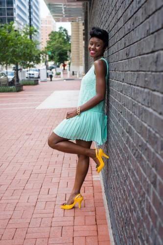 A Lady Dragon amarela foi destaque no look da nigeriana Nife Oluwole, blogueira do SkinnyHipster.com, no site Refinery29! #Melissa