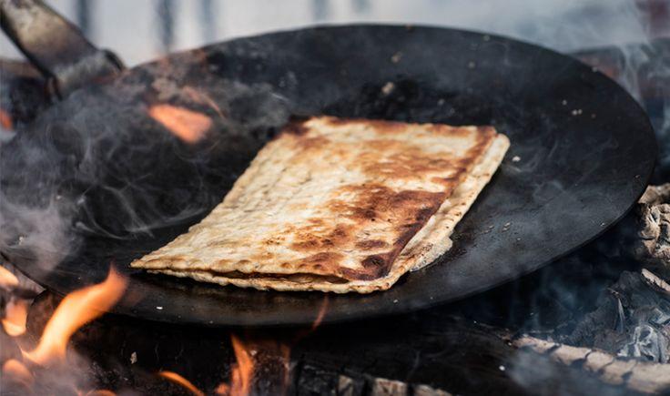 Legg ost og moltesyltetøy på den ene halvdelen av tynnbrødet. Brett sammen, stek gylden i smør til osten begynner å smelte.  Tips! Fattig tynnbrødsridder med camembert og multesyltetøy Ingredienser som over pluss: 1 dl melk 1 egg Gjør som oppskriften over, men dupp brødet i vispet egg og melk før du steker de i smør. Blir litt mektigere og veldig godt! Fungerer like bra i stekepanne på komfyren som på bål med en panne.