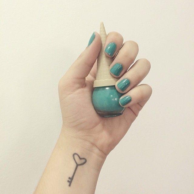 .@Bruna Vieira   Esmalte da semana: verde azulado da Positivo. A marca é da Argentina, mas ele...   Webstagram