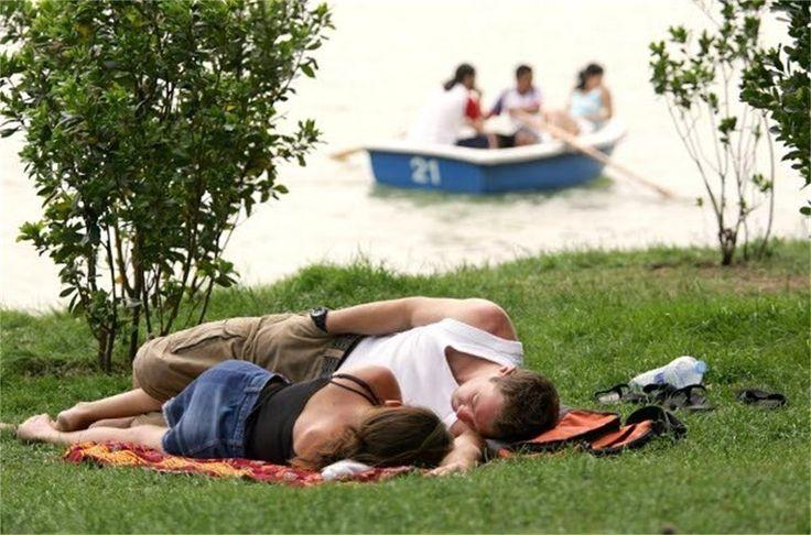 스페인 공원에서 시에스타 즐기며 누워있기
